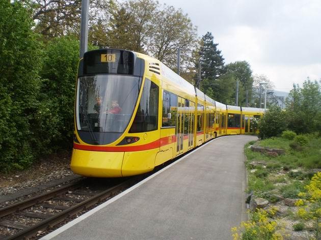 Nízkopodlažní tramvaj typu Tango od Stadlera projíždí smyčkou Rodersdorf. 29.4.2011 © Jan Přikryl