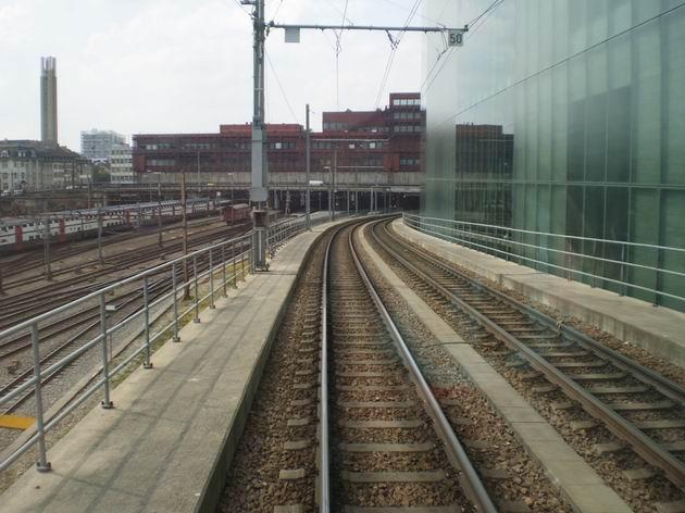 Z tramvajové zastávky Peter Merian lze sledovat dění ve stanici Basel SBB jako na dlani. 29.4.2011 © Jan Přikryl