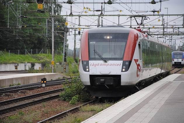 Elektrická jednotka Regina společnosti Tågkompaniet číslo 9015/9025 přijíždí do stanice Hallsberg na osobním vlaku do Mjölby 15.8.2011 . © Lukáš Uhlíř