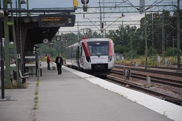 Desetiletá elektrická jednotka Regina společnosti Tågkompaniet opouští stanici Mjölby a míří do uzlu Gävle 15.8.2011 . © Lukáš Uhlíř