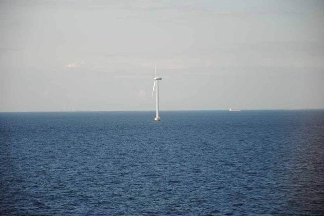 Větrné elektrárny v moři jsou pro Dánsko typické 15.8.2011 . © Lukáš Uhlíř