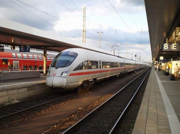 Norimberk: typický obrázek železniční dopravy v Německu: jednotka ICE 3 v dálkové dopravě a patrový vůz v dopravě regionální 15.8.2011 . © Jan Přikryl