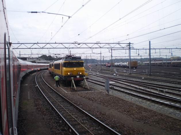 Celkový pohled na kolejiště stanice Venlo - v popředí odstavené lokomotivy řady 1700 NS, zjevně francouzského původu 16.8.2011 . © Jan Přikryl
