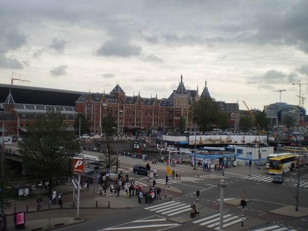 Pohled na výpravní budovu stanice Amsterdam Centraal z oken A-train hotelu 16.8.2011 . © Jan Přikryl