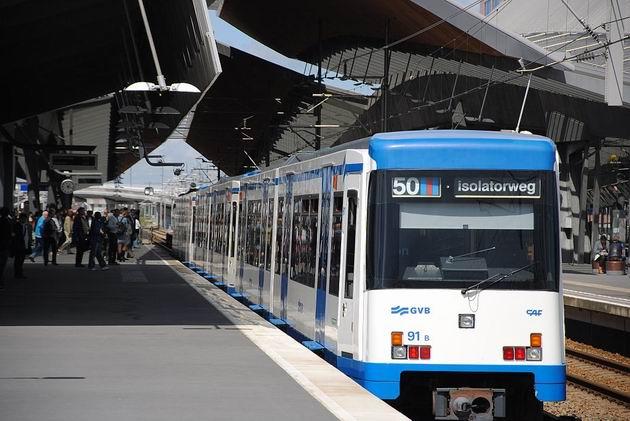 Amsterdam: třívozová souprava metra typu M4 z 90. let během pobytu na zastávce Bijlmer ArenA 16.8.2011 . © Lukáš Uhlíř