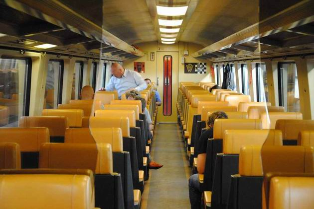 Interiér vozu typu ICR z 80. let, ve verzi pro vlaky Fyra- 2. třída. 17.8.2011 © Lukáš Uhlíř