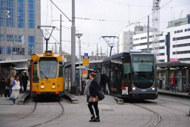 Rotterdam: tramvaje obou zdejších typů stanicují v zastávce u hlavního nádraží. 17.8.2011 © Lukáš Uhlíř