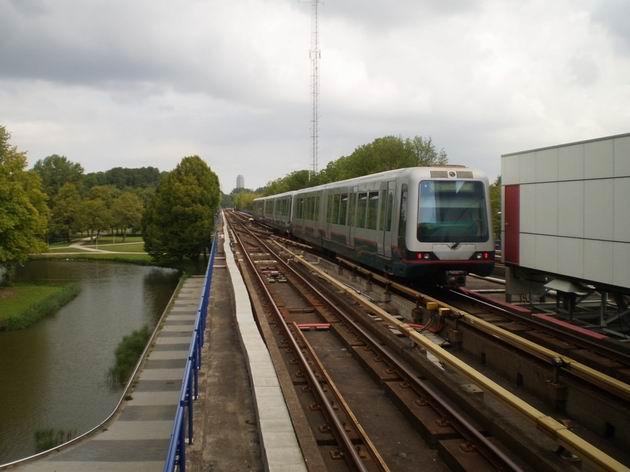 Rotterdam: souprava metra, složená z dvouvozových jednotek typu B, opustila stanici Slinge a míří do centra. 17.8.2011 © Jan Přikryl