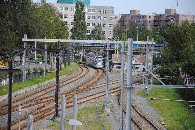 Zoetermeer: místo odbočení obou tramvajových linek Randstadrailu u zastávky Centrum-West, vlevo linka 4, vpravo linka 3. 17.8.2011 © Lukáš Uhlíř