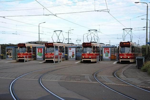 Haag: čekající tramvaje na nástupních zastávkách pětikolejné smyčky Scheveningen Noorderstrand. 17.8.2011 © Lukáš Uhlíř