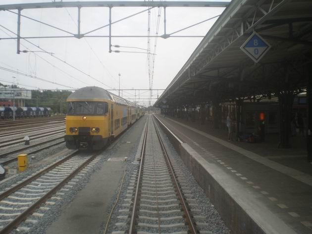 Ostrovní nástupiště pohraniční stanice Roosendaal a odstavená souprava patrových vozů typu DD-AD NS. 18.8.2011 © Jan Přikryl