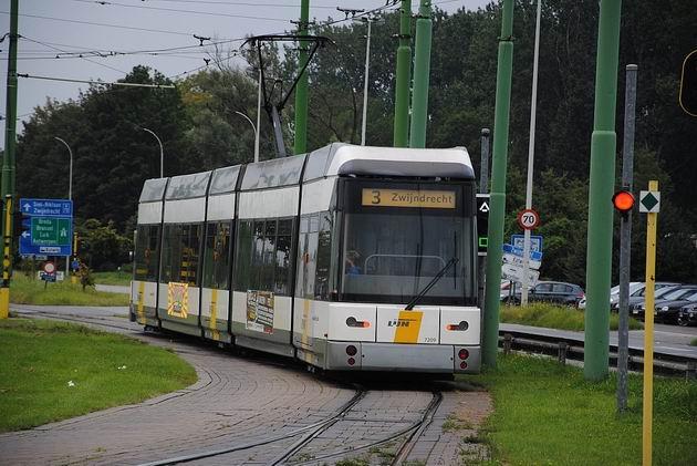 Antverpy: nízkopodlažní tramvaj HermeLijn projíždí na lince 3 smyčkou u zastávky Linkeroever. 18.8.2011 © Lukáš Uhlíř