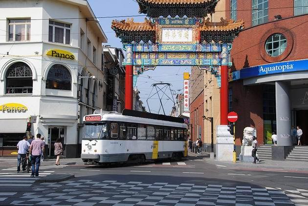 Antverpy: rekonstruovaná tramvaj typu PCC vyjíždí na lince 12 u nádraží pod typickou bránou z čínské čtvrti . 18.8.2011 © Lukáš Uhlíř