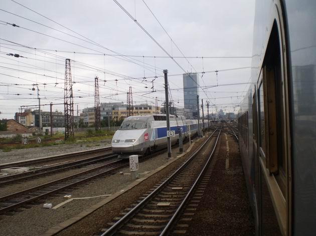 Vysokorychlostní jednotka TGV opouští stanici Bruxelles Midi/Brussel Zuid a míří do jižní Francie. 19.8.2011 © Jan Přikryl