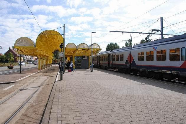 De Panne: nástupní zastávka tramvaje se stojícím vlakem IR z Landenu a Bruselu. 19.8.2011 © Lukáš Uhlíř