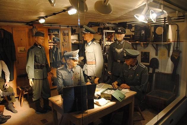 Vojáci Wehrmachtu berou žold- dioráma v muzeu Atlantického valu. 19.8.2011 © Lukáš Uhlíř