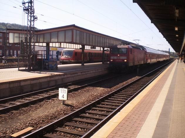 Trier: původně východoněmecká lokomotiva řady 143 DB stojí se soupravou patrových vozů typu DOSTO 03 2. u nástupiště. 20.8.2011 © Jan Přikryl