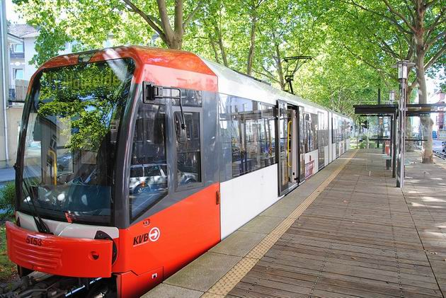 Köln: téměř nová rychlodrážní tramvaj typu K 5000 od Bombardieru na konečné polookružní linky 13 Sülzgürtel. 20.8.2011 © Lukáš Uhlíř