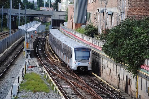 Brusel: nová souprava metra na lince 5 projíždí krátkým povrchovým úsekem za stanicí Gare de l´Ouest/Weststation směrem na Erasme. 21.8.2011 © Lukáš Uhlíř