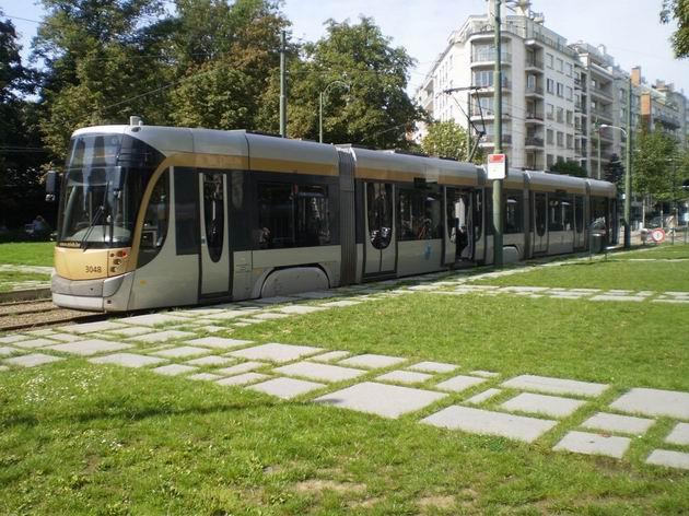 Brusel: sedmičlánková tramvaj typu Flexity Outlook od Bombardieru čeká na konečné Churchill před odjezdem částečně podzemní linky 3. 21.8.2011 © Jan Přikryl