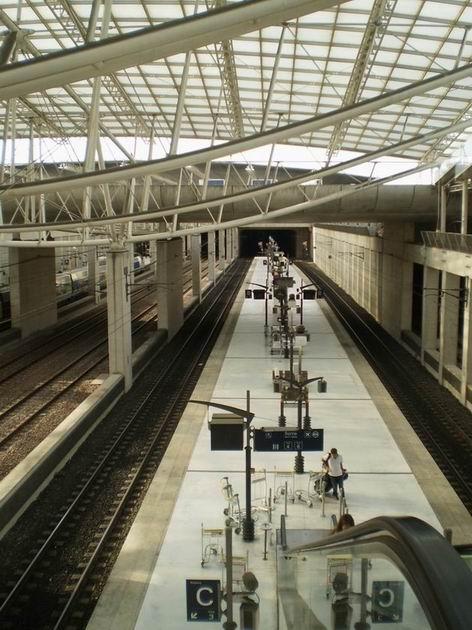Celkový pohled na nádraží Paris-Charles de Gaulle z plošiny nad kolejištěm. 22.8.2011 © Jan Přikryl