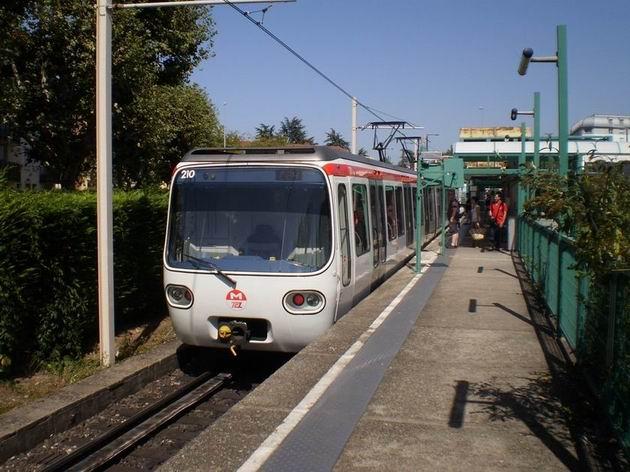 Lyon: souprava ozubnicového metra typu MCL 80 stojí na konečné stanici linky C Cuire. 22.8.2011 © Jan Přikryl