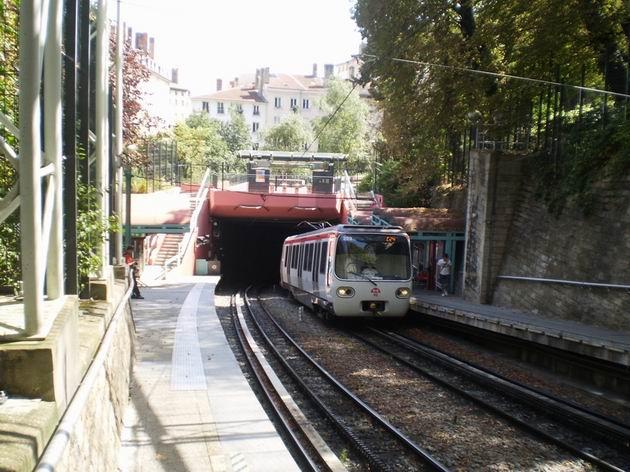 Lyon: souprava ozubnicového metra typu MCL 80 přijíždí z centra do povrchové zastávky linky C Croix-Paquet. 22.8.2011 © Jan Přikryl