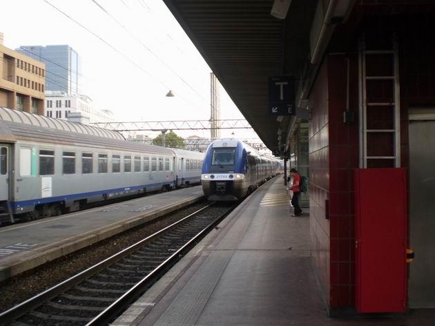 """Lyon: elektrická jednotka """"Grande comfort"""" řady Z 27754 SNCF přijíždí na nádraží Part-Dieu na osobním vlaku z Ženevy. 23.8.2011 © Jan Přikryl"""