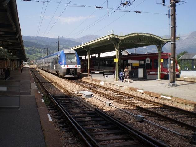 """Elektrická jednotka """"Grande comfort"""" právě přijela do koncové stanice norálního rozchodu St. Gervais-les-Bains. 23.8.2011 © Jan Přikryl"""