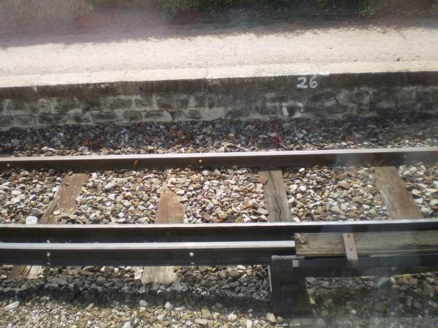 Nepříliš chráněná napájecí kolejnice trati do Chamonix ve stanici Chedde. 23.8.2011 © Jan Přikryl