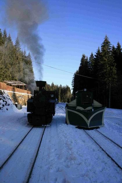 15. 12. 2011 lokomotíva Gontkulák a DH100/3 s pluhom v stanici Tanečník, foto B. Dolník