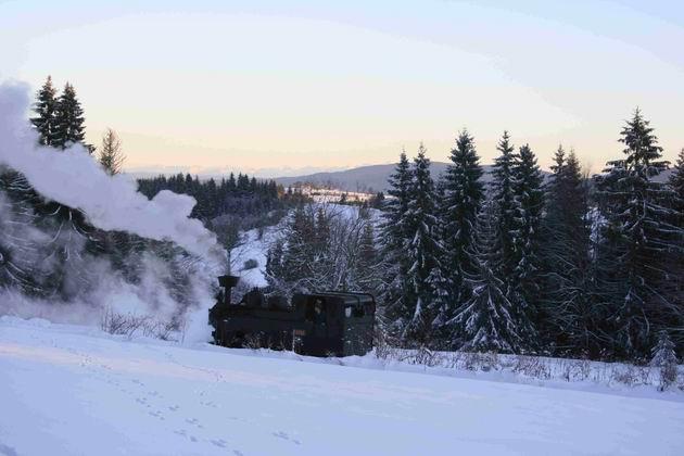 15. 12. 2011 lokomotíva Gontkulák v stanici sedlo Beskyd, v pozadí západné Tatry ©  foto B. Dolník