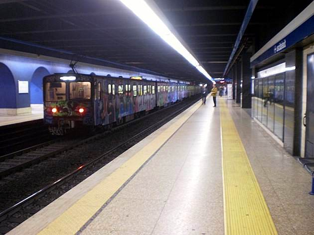 Řím: posprejovaná starší souprava metra typu MA200 opouští stanici EUR Fermi. 6.3.2012 © Jan Přikryl