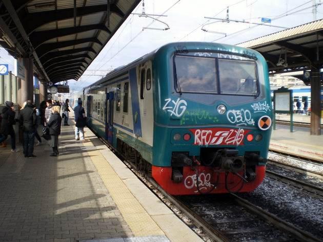 Florencie: souprava starých nízkopodlažních vozů ze 60. let po modernizaci stojí na nádraží Rifredi jako osobní vlak do Livorna. 6.3.2012 © Jan Přikryl