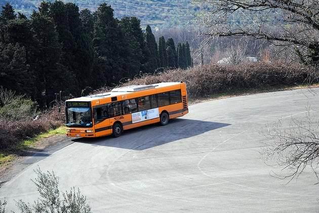 Florencie: zhruba 10 let starý autobus značky Breda/Menarini se otáčí na velkoryse řešené smyčce v Pian di San Bartolo na lince 25. 6.3.2012 © Lukáš Uhlíř