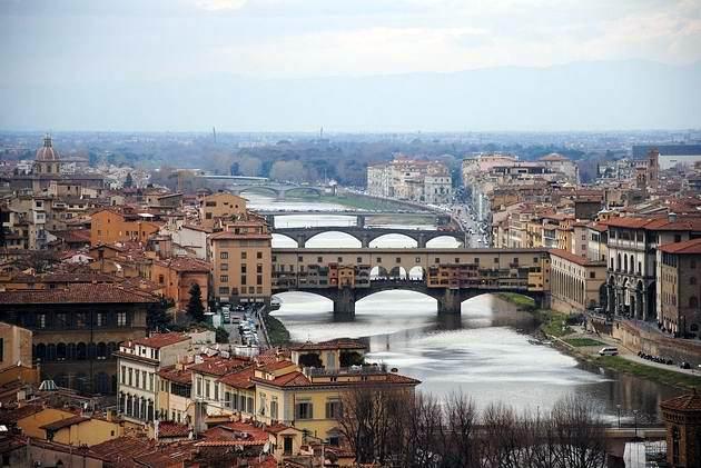 Florencie: detailní záb�r na st�edov�ký most Ponte Vecchio z vyhlídky na Piazza Michelangelo. 6.3.2012 © Lukáš Uhlí�