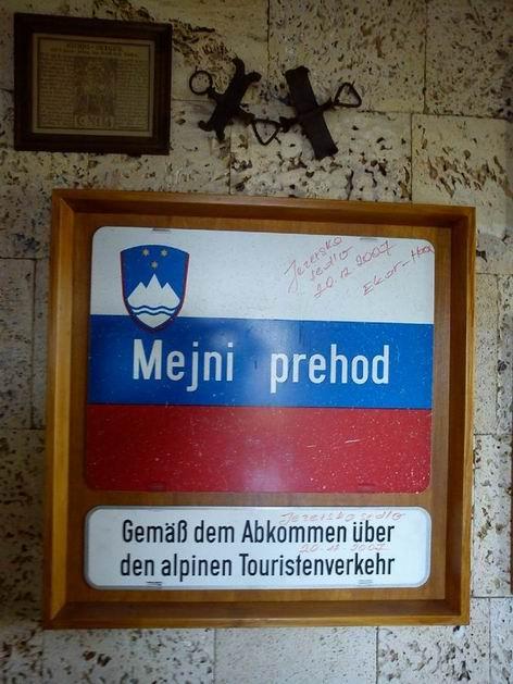 9.9.2011. Snesené označení hraničního přechodu umístěné na chatě Kranjska koča © Rastislav Štangl
