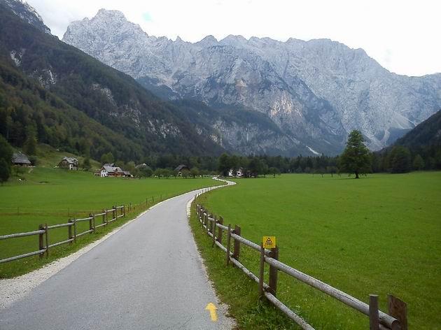 9.9.2011. Logarska dolina: pohled zpět ke Kamniško - Savinjským Alpám © Rastislav Štangl