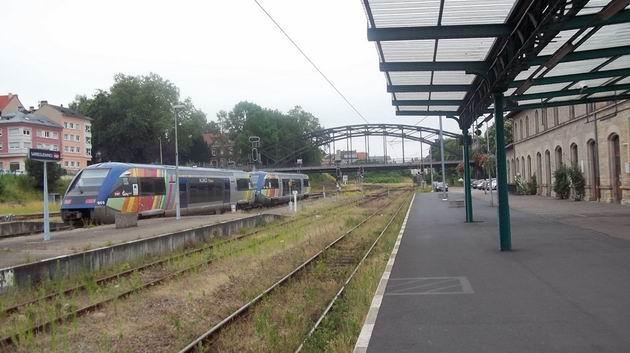 Sarreguemines: dvojice elegantních motorových vozů řady X 73 900 SNCF posunuje na německém zhlaví po příjezdu ze Štrasburku. 2.7.2012 © Jan Přikryl