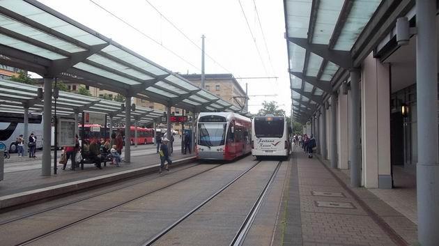 Saarbrücken: tramvaj typu Flexity Link od Bombardieru stojí mezi autobusy MHD v terminálu u nádraží. 2.7.2012 © Jan Přikryl