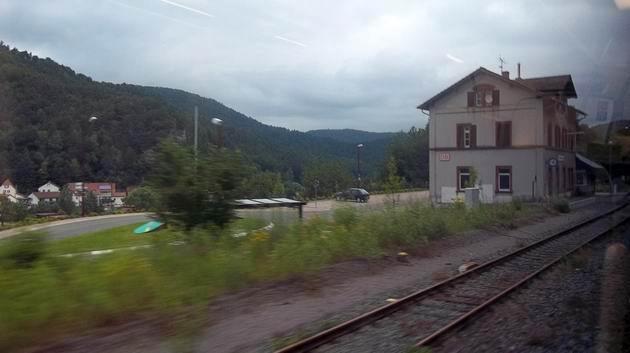 Bývalé nádraží a dnes zastávka Rinnthal na trati Queichtalbahn vysoko nad údolím. 2.7.2012 © Jan Přikryl