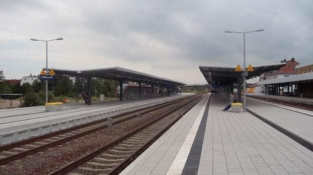 K čerstvě rekonstruovanému nástupišti stanice Landau(Pfalz) Hbf přijíždí Desiro na vlaku RB z Kalrsruhe do Neustadtu. 2.7.2012 © Jan Přikryl