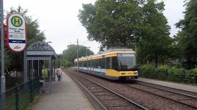 Karlsruhe: nízkopodlažní tramvaj typu GT6 70 D/N od Duewagu z přelomu století opouští na lince S2 zastávku Thomas-Mann-Straße směrem z města. 3.7.2012 © Jan Přikryl