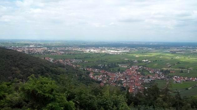 Hambacher Schloß: pohled z hradeb na město Neustadt a severně od něj ležící rovinu podél Rýna. 3.7.2012 © Jan Přikryl