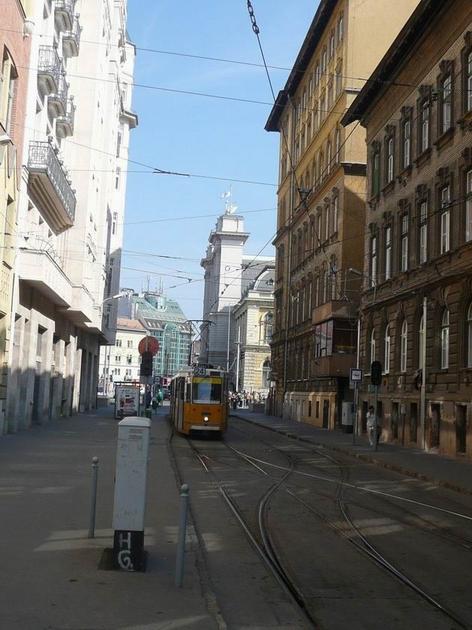 Budapest-Keleti: tramvaj GANZ na konečné v boční ulici © Tomáš Kraus, 18.8.2012