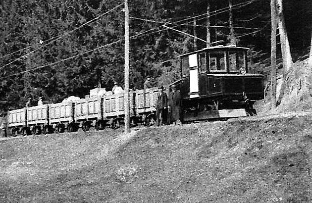 Nová lokomotíva AEG na trati Bindt – Markušovce začiatkom 20. storočia.