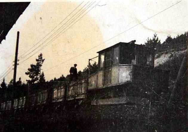 Lokomotíva AEG pri strážnici. Fotografia bola urobená krátko pred zrušením tejto železničky. (foto: Štefan Dzimko)