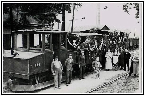 Elektrická lokomotíva AEG na markušovskej stanici v roku 1926. Na boku lokomotívy je zreteľný nápis B.H.S. označujúci majiteľa železnice- Banskú a hutnú spoločnosť. (archív Lukáš Patera)