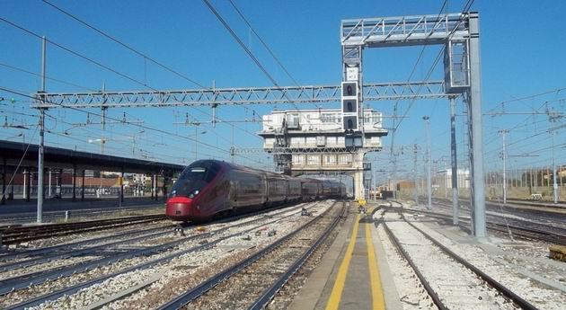 Bologna: Vysokorychlostní jednotka typu AGV opouští jako vlak Italo společnosti NTV z Neapole do Torina hlavní nádraží. 16.8.2012 © Jan Přikryl