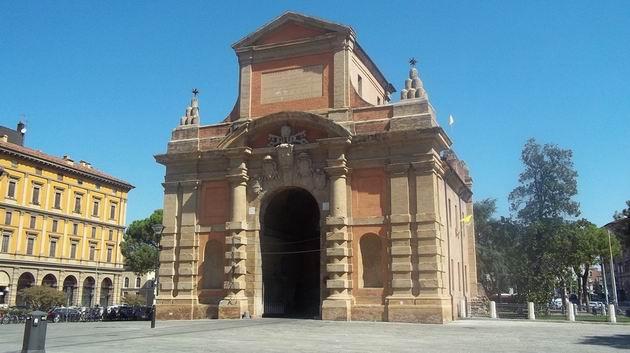 Bologna: brána Porta Galliera na Piazza XX Settembre kousek od nádraží. 16.8.2012  ©  Jan Přikryl